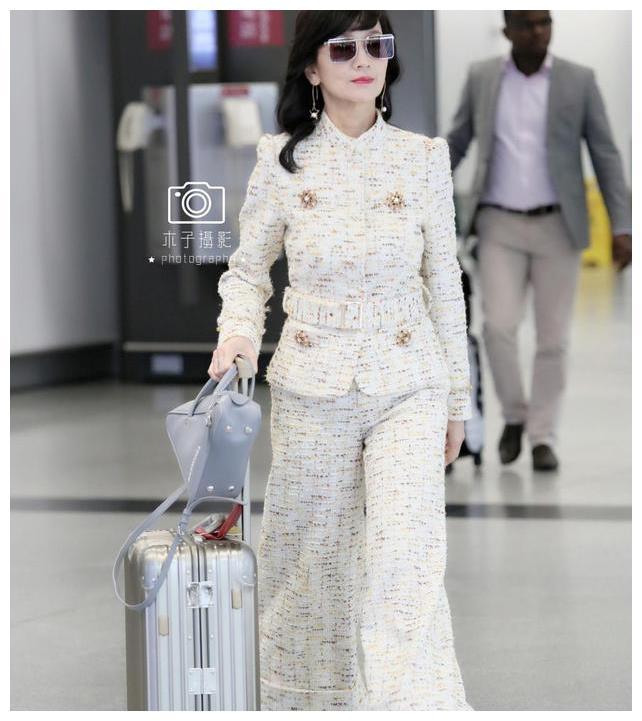 64岁白娘子赵雅芝现身香港国际机场,与丈夫十指紧扣大秀恩爱