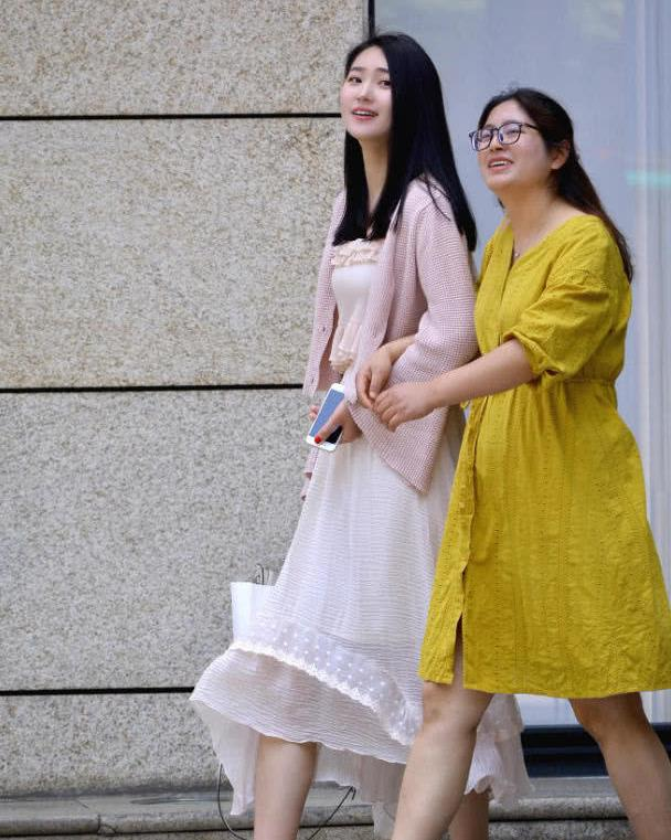 美女街拍:时髦小姐妹潮流出街搭配,减龄时尚又高级,美得有面子