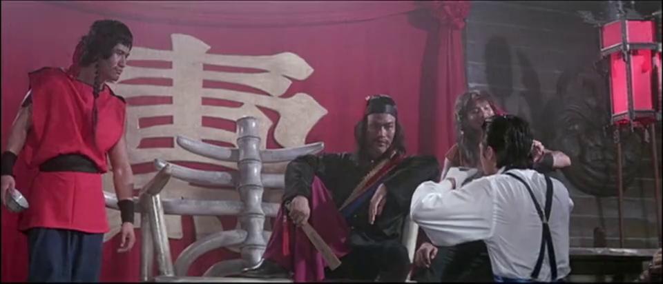 海盗头子权衡利弊,打算把英国人给放了,不料龙叔已经快他一步