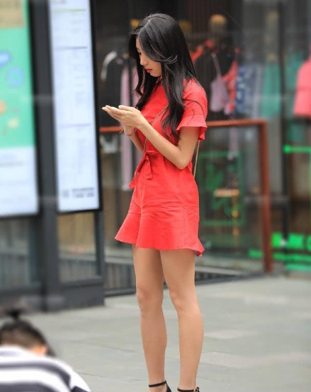 """街拍:看美女的一袭""""欧美风"""",网友:无疑是这条gai最靓的!"""