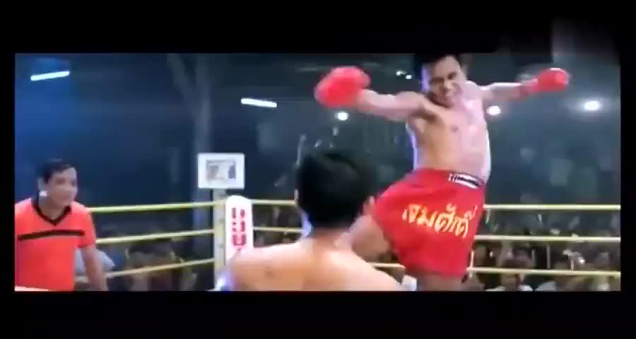 拳击手挑衅观众,没想到观众是个他惹不起的人,拳手这下惨了