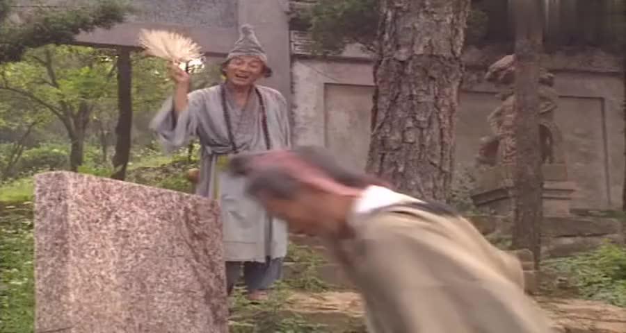 老头打算撞墙自杀,济公扇了一扇子,没想到老头居然练成了铁头功