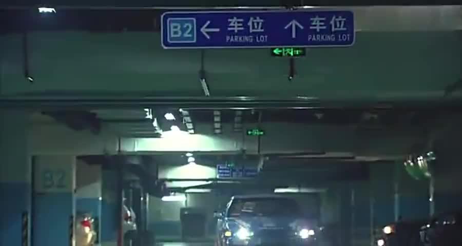 美女司机不懂开车,上坡上不去滑下来了,把后面的司机吓坏