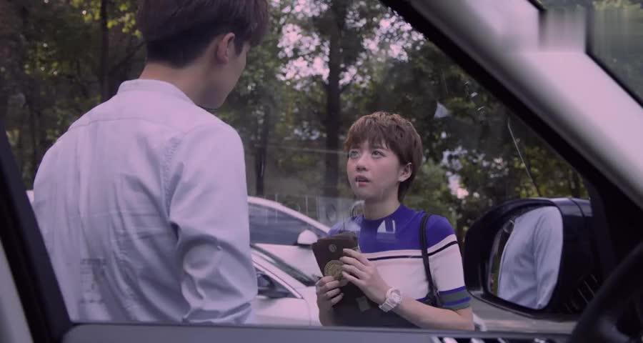 美女送给帅哥一个本子,说毕竟以前的他对自己来说很重要