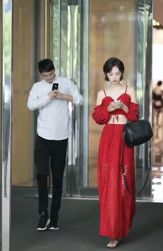 """街拍:穿着红色长裙的美女,魅力十足,简直就是""""腰精"""""""