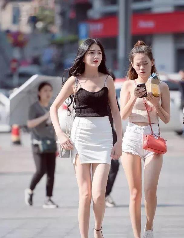 街拍:亮丽光鲜小姐姐柔美笑容很是可爱,时尚大气有风范