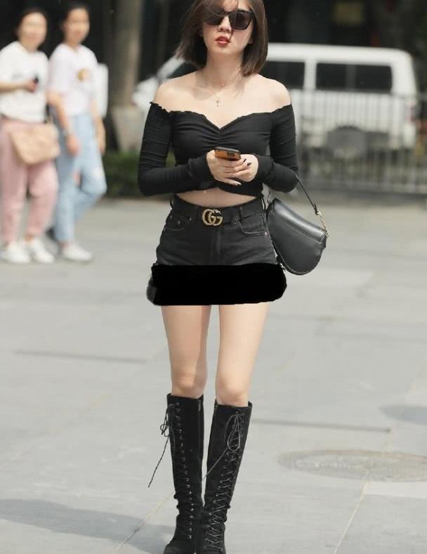 """路人街拍:""""黑天鹅""""上衣成为抖音爆款,小姐姐穿出清爽潮流味"""