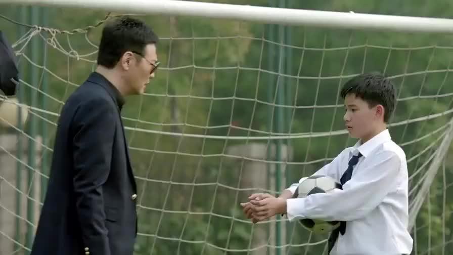小宇以为老爸来抓自己,不料是来道歉的