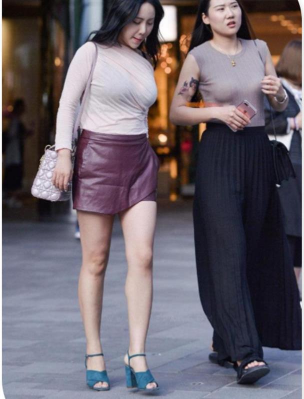 街拍:多肉辣妈紧身衣配小皮裙,减龄又贵气,魅力十足!
