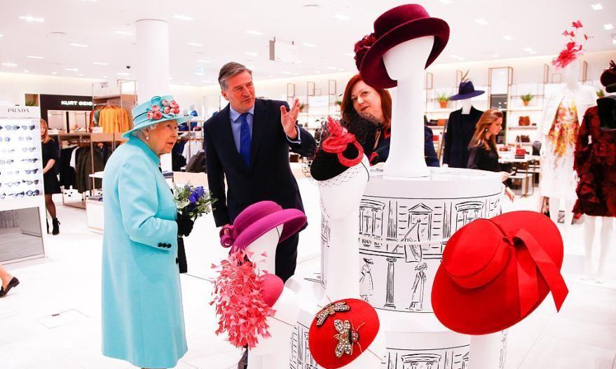 英国女王到底有多喜欢戴帽子?这些照片能告诉你答案