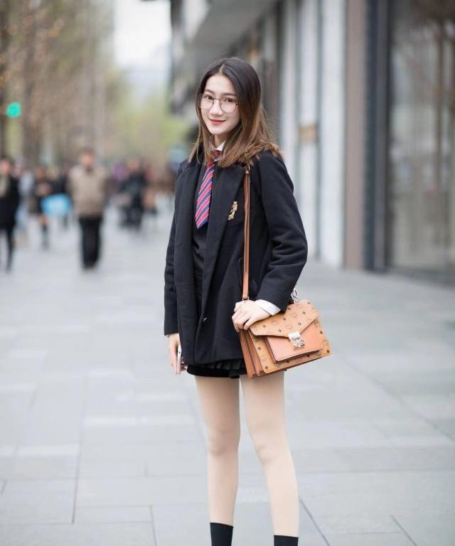 街拍:小姐姐黑色西装外套搭配同色短裤,长发披肩青春甜美