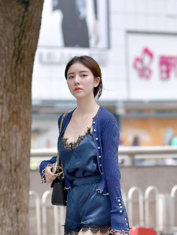 """街拍:穿""""睡衣""""出街的仙女,宝蓝色完美的衬托了美女的白皙皮肤"""