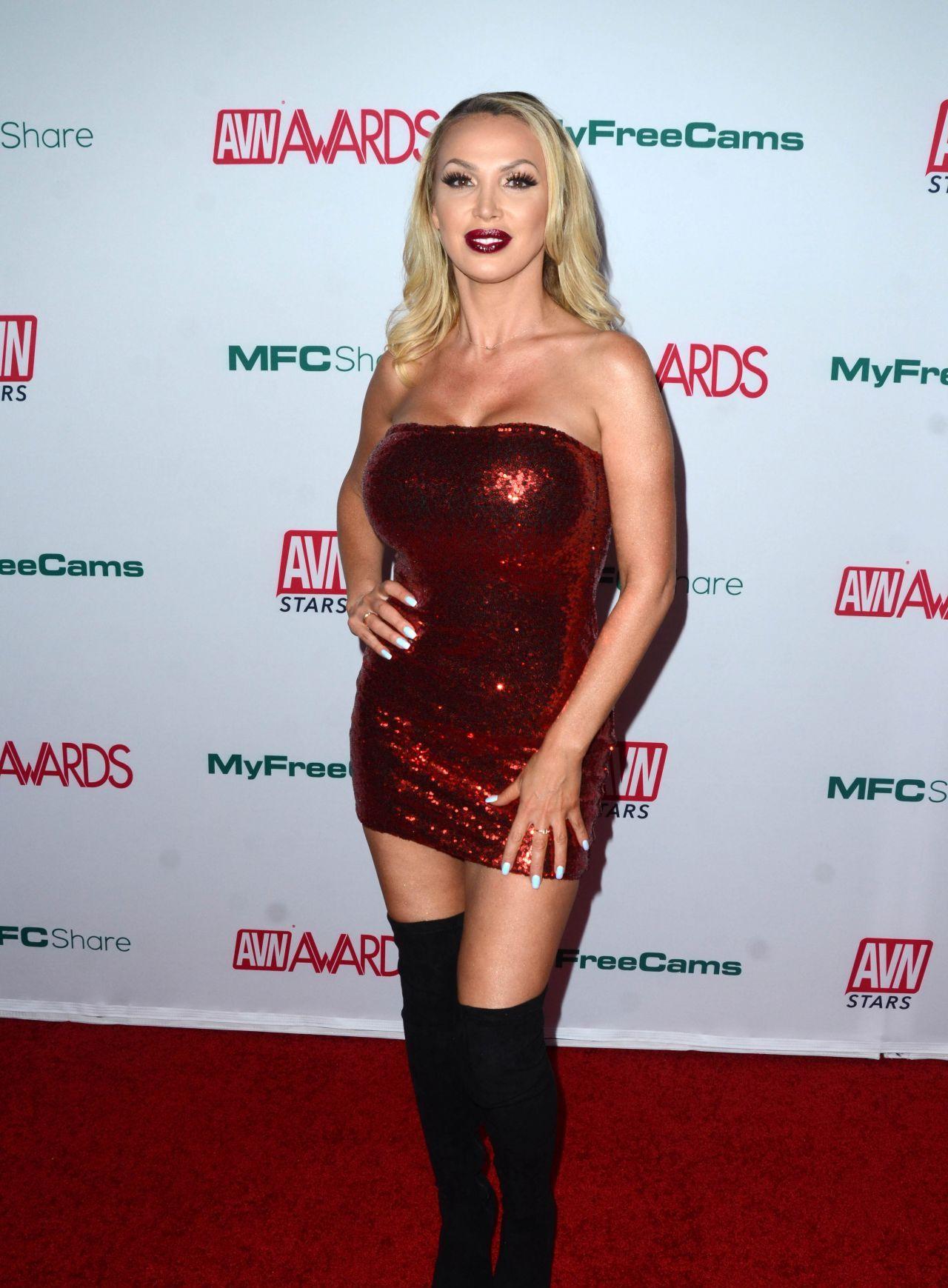 女星Nikki红色短裙比弗利山庄参加时尚活动