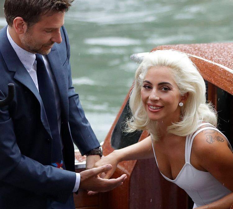 画风突变Lady Gaga优雅白裙与布莱德利·库珀亮相威尼斯电影节