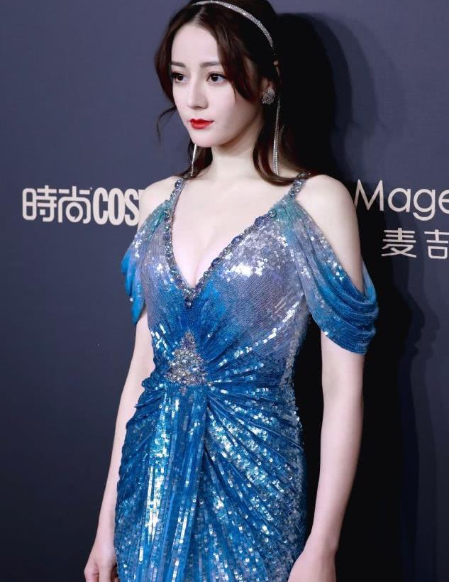 迪丽热巴身材真是绝了,穿蓝色长裙似美人鱼,骨感与丰腴兼备