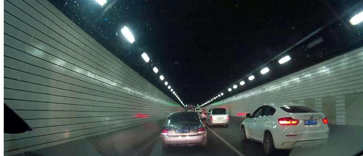 隧道内不允许超车但是前面太堵了咋办?交警传授一招