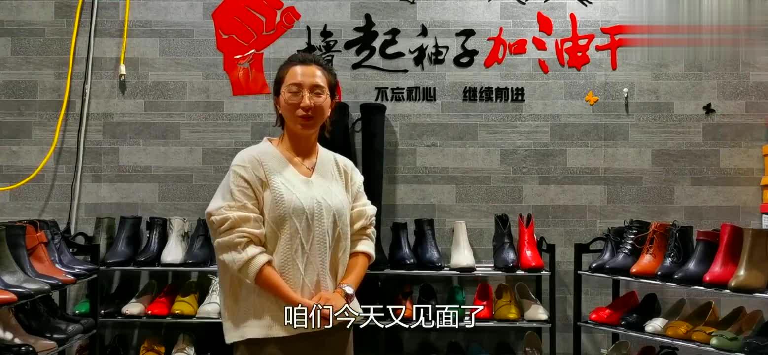 秋冬季最流行压花皮小短靴,拉链设计穿脱方便,鞋跟高四公分