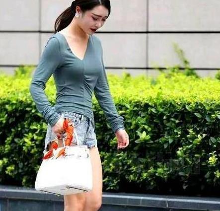 街拍:亭亭玉立的美女,一条墨绿色的连衣裙,时尚青春靓丽气质