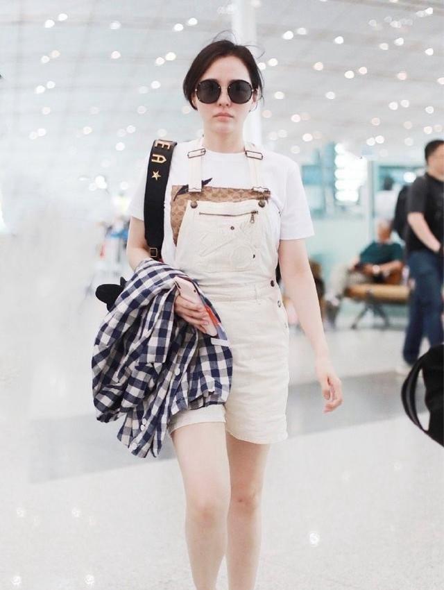 歌手张靓颖机场照,穿搭简约休闲又不失时尚,气质满满!