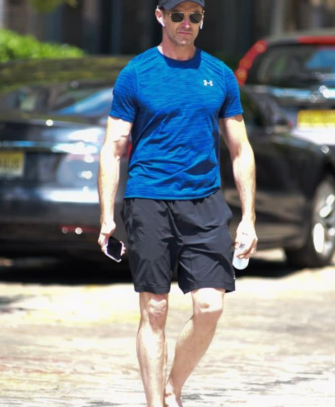 """""""金刚狼""""休·杰克曼街拍,蓝色t恤搭配五分裤,线条清晰真强壮"""