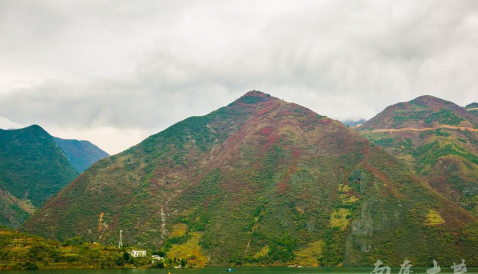 高峡出平湖,沿岸红叶尽收眼底,少了刺激,多了舒适