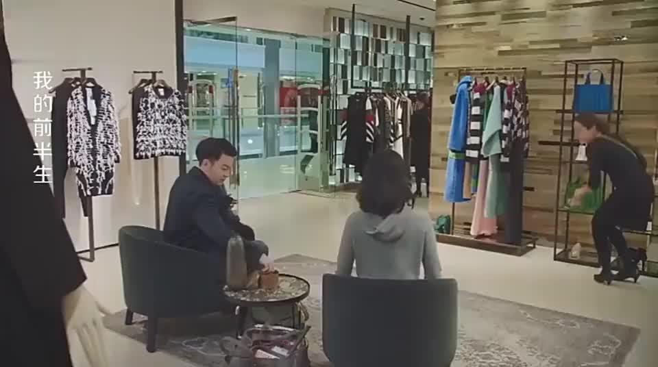 罗子君自己打工碰巧看见陈俊生凌玲逛街淡定蹲下来给凌玲试鞋