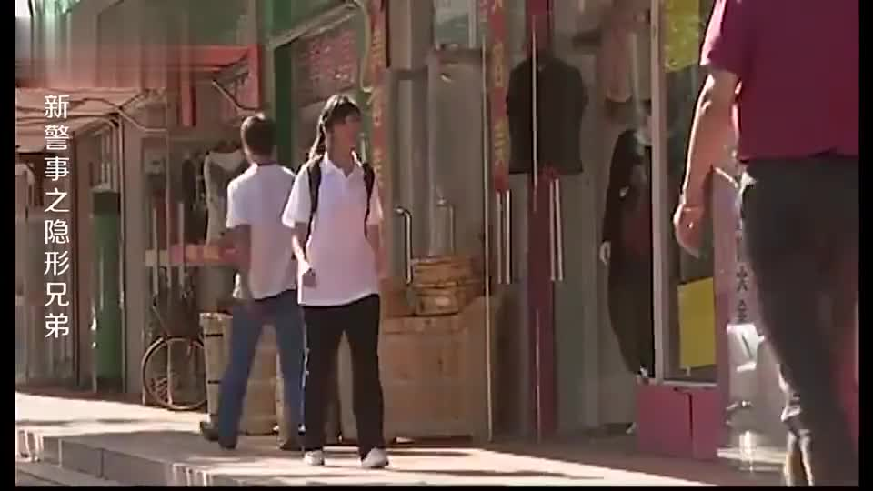 女孩放学男子偷摸跟在后面女孩到小巷里时被男子捂晕带走
