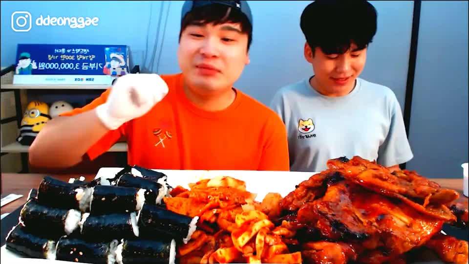 韩国大胃王胖哥,和弟弟一起吃卤鸡腿饭团和酱菜,一个比一个能吃