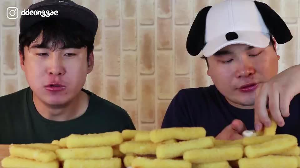 韩国大胃王胖哥,和哥哥一起吃芝士小油条,蘸着奶油吃很不错