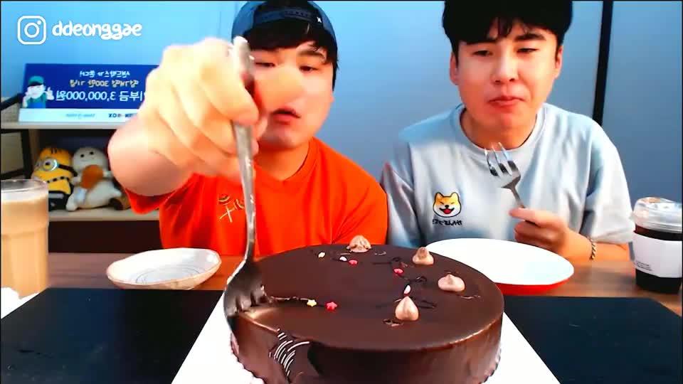 韩国大胃王胖哥,和弟弟一起吃巧克力慕斯蛋糕,一个比一个吃的香