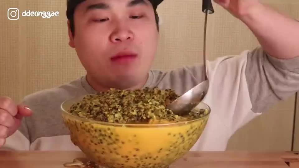 韩国大胃王胖哥,吃一大盘百香果冰淇淋,汤勺挖着吃很霸气