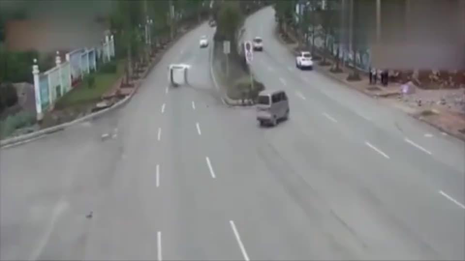 监控女司机失控直接冲向红绿灯路口