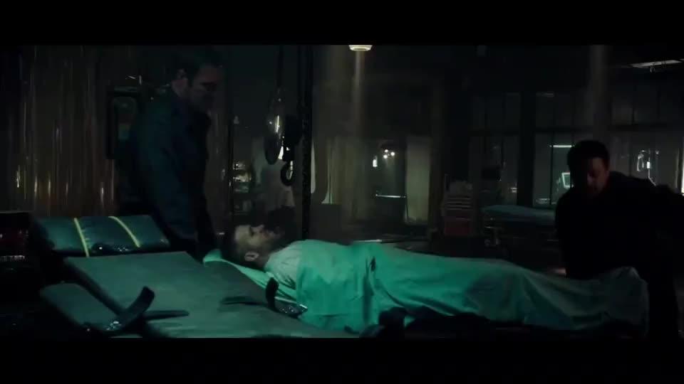 死侍韦德被绑在手术台一直唠叨不停下秒美女直接堵住了他的嘴