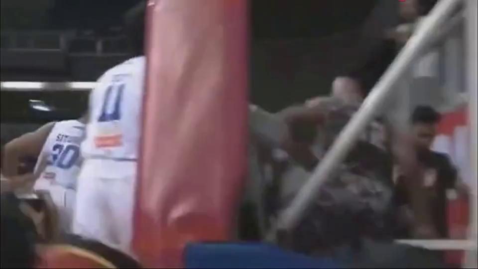 球场暴力!印尼男篮爆发冲突,长发哥好像金三角来的!
