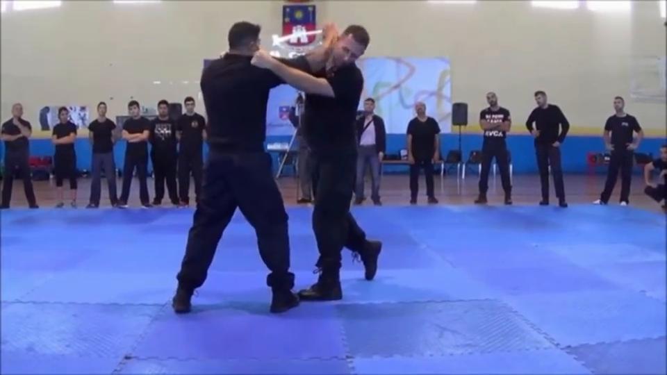 警察格斗术很厉害,一出手就是杀招,学会这些就能制服小混混