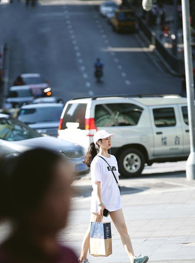 美女粉色上衣配牛仔短裤,秀出迷人的大长腿