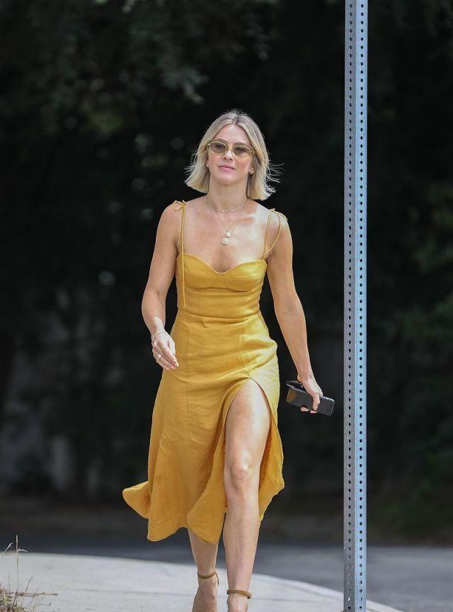 美国女演员现身街头,穿黄色连衣裙秀好身材,戴太阳镜时尚新潮