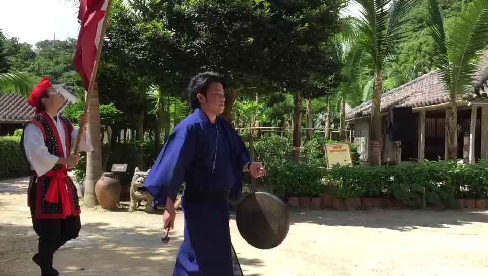 日本冲绳岛上的琉球村村民在为游客表演