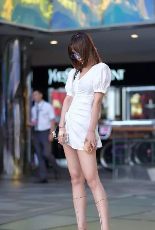 路人街拍:一袭小白裙的气质美女,网友:这鞋子真有范!