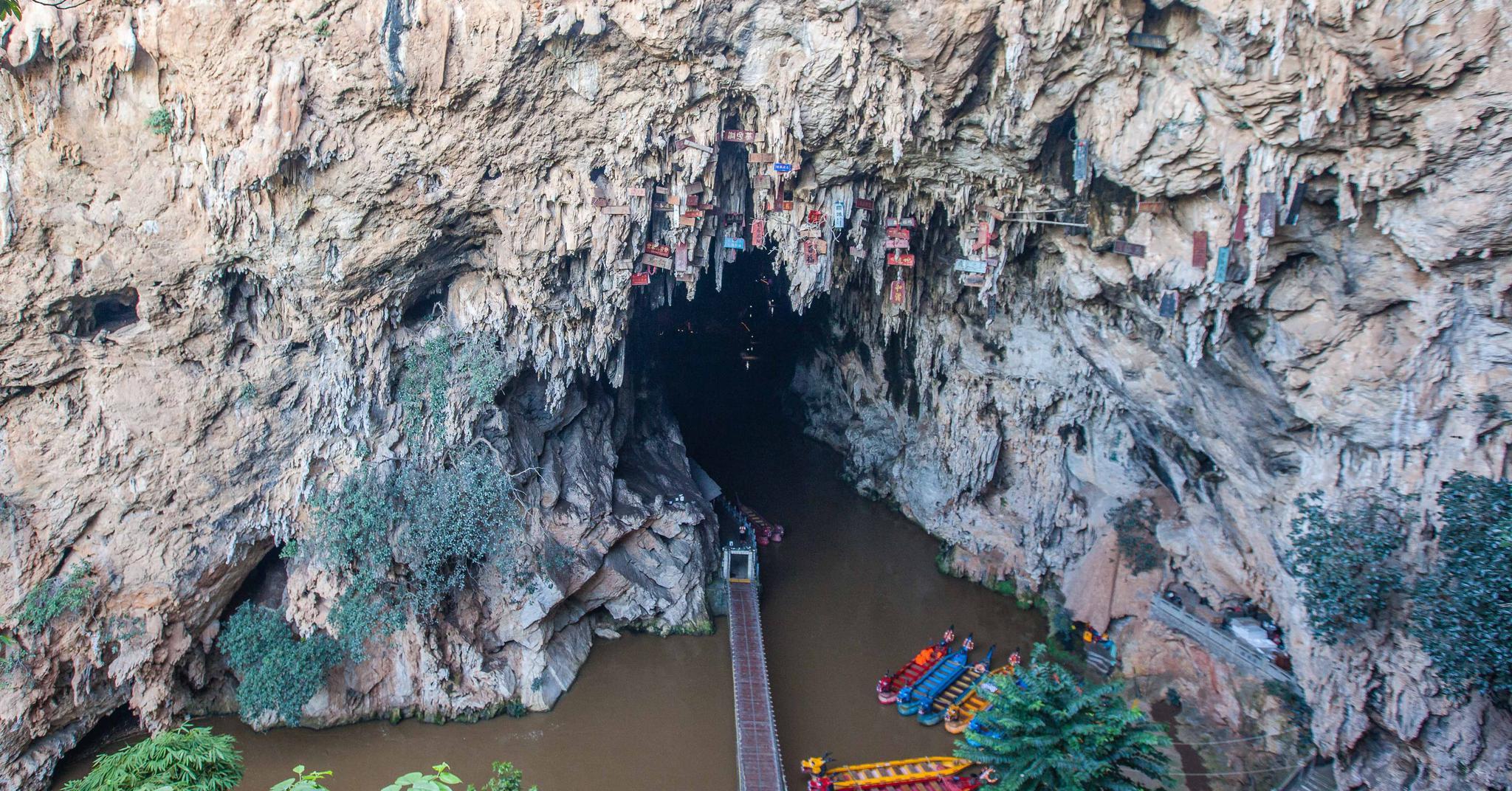 每年3月21日,建水燕子洞攀岩者无任何防护爬到洞顶进行钟乳悬匾