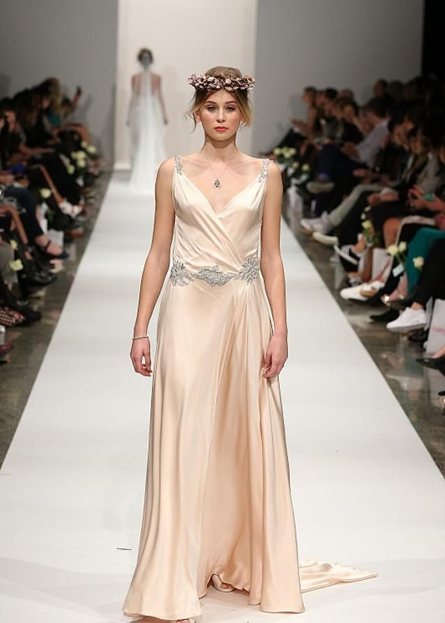 这几款穿搭穿在超模身上都很修长,或许明艳的布料将引领潮流!