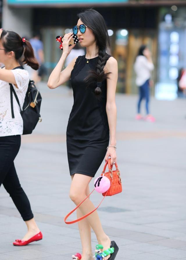 街拍美图:简约的搭配把小姐姐的完美身材,展现的淋漓尽致