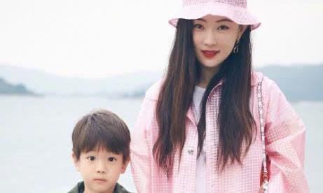 霍思燕晒照庆儿子幼儿园毕业,嗯哼抱着妈妈很难过,杜江表情抢镜