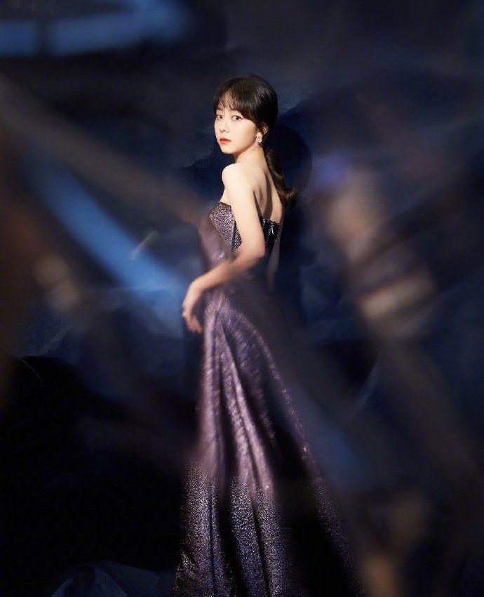 谭松韵星空紫细闪长裙,点点星光加缀于身,闪耀夺目优雅浪漫