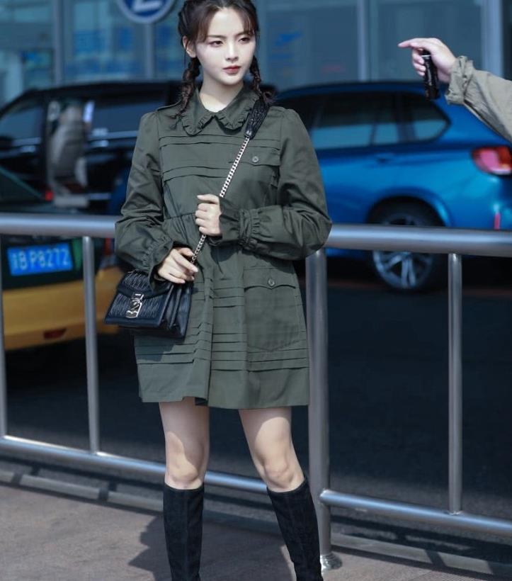 杨超越机场街拍颜值爆表有魅力,绿色连衣裙 高筒靴,可盐可甜
