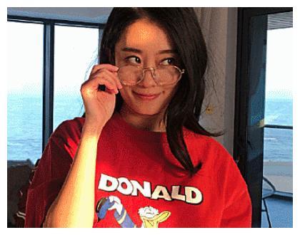 33岁的张小斐真实颜值曝光,带上眼镜之后,网友:美出新高度