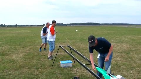 老外试飞飞机模型弹射式助力起飞还有点意思