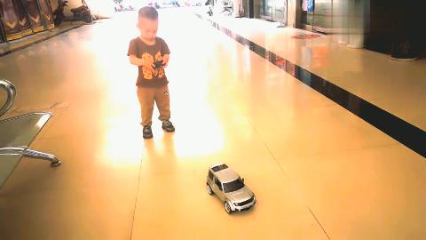 跳跳新玩具是一辆遥控小汽车,宝贝可开心了!