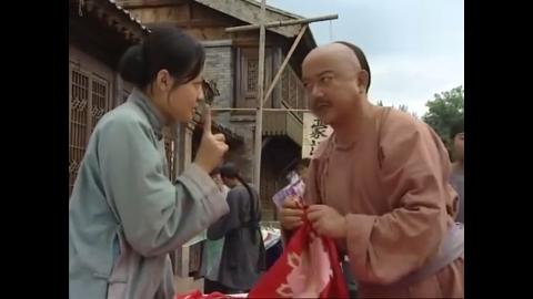 和珅在大街上买红肚兜,讨价还价被摊主嫌,立马引来众人围观!
