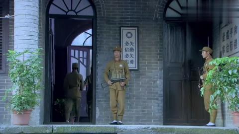 美女士兵闯入军官寝室,谁料军官看到眉开眼笑,立刻迎接女士兵!